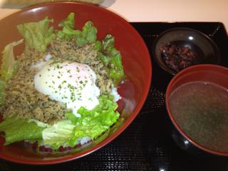 鶏挽肉とバジル炒め丼